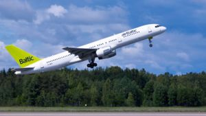 Air Balticin lentokone nousee.