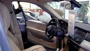 Myyty-lappu roikkuu auton sisäpeilistä