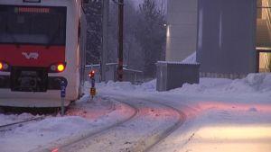 Paikallisjuna talvisella Riihimäen ratapihalla.