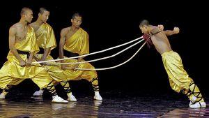 Kungfu-mestarimunkit esiintyvät näyttämöllä Columbiassa.