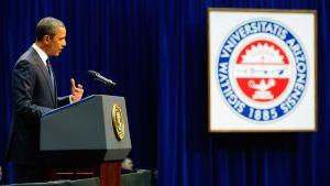 Obama puhui uhrien muistotilaisuudessa Arizonan yliopistolla Tucsonissa.