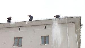 Lumien pudottajat ahkeroivat katoilla.