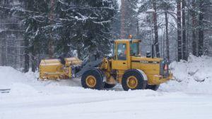 Lumen aurausta Tolosenmäellä Kiteellä.