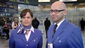 Kaksi Finavian asiakaspalvelijaa seisoo lentoaseman aulassa.