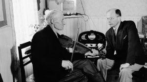Erkki Ala-Könni äänittää vanhan miehen viulunsoittoa.