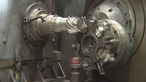 Hammasratasta sorvataan Ata Gears Oy:n tehtaalla.