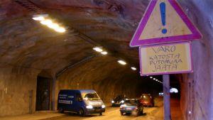 Autoja Mustankallion tunnelissa