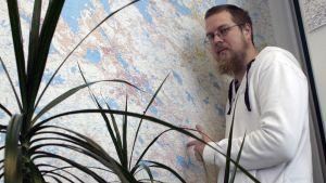 Tuomas Kyrö seinäkartan äärellä