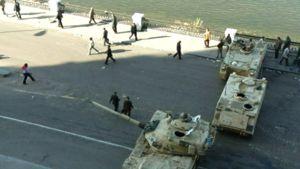 Armeijan joukot partioivat Kairon kaduilla.