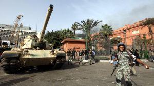 Panssarivaunu ja sotilaita Egyptiläisen museon edustalla Kairossa