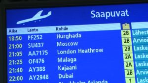 Saapuvien lentojen infotaulu lentokentällä.