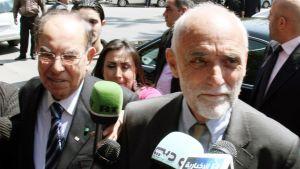 ICRC:n johtaja Jakob Kellenberger (oik.) kuvattuna yhdessä Punaisen Puolikuun Syyrian alajaoston johtajan,  Abdul-Rahman Attarin (vas.) kanssa Damaskoksessa  3. huhtikuuta 2012.