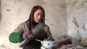 Nainen kiinnittää sytyttimiä ilotulitteeseen.