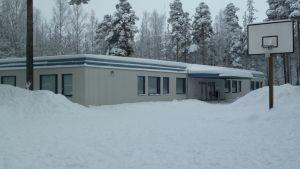 Vuoksenniskan viipalekoulu on valmistunut vuonna 1977. Rakennuksen kohtalo selviää kevään mittaan.