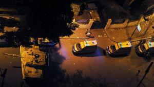 Ambulansseja ja Egyptin armeijan tankkeja vartiossa Tahririnin aukiolla.