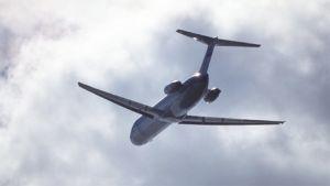 Kuvassa  lentokone taivaalla.