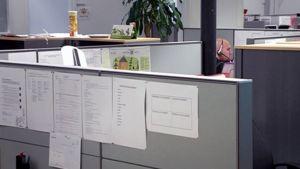Mies työskentelee toimistossa.
