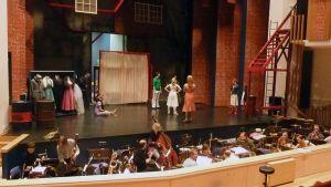Näyttelijät valmistautuvat harjoitukseen lavalla.