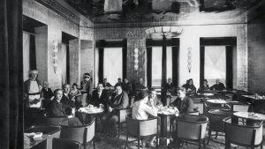 Asiakkaita ja tarjoilijoita Fazerin kahvilassa 1930-luvulla.