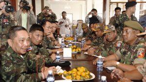 Thaimaan ja Kambodzhan armeijan edustajia neuvottelupöydässä.