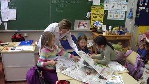 Ekaluokkalaisia Lotilan koulussa Lahdessa