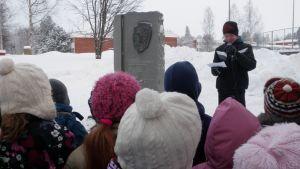 Kahdeksasluokkalainen Janne Toivonen puhuu Pakarisen muistomerkillä.