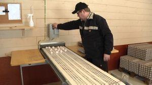 Kanamunantuottaja Pekka Saarinen kerää munia, joita tulee joka päivä markkinatilanteesta huolimatta.