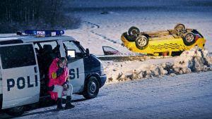 Auto katollaan lumihangessa