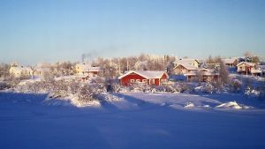 Kieringin kylä kylpee talviauringossa