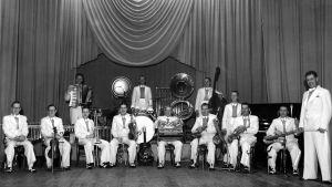 Dallapé -orkesteri johtajana kuvan oikeassa laidassa seisova Georg Malmsten.