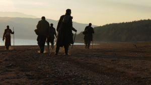 Ryhmä miehiä rannalla.