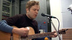 Muusikko Jukka Takalo kävi soittamassa YLE Oulun Liveperjantaissa 11.2.2011.