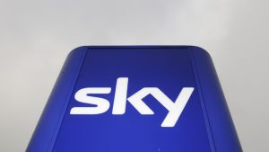 Sky Newsin tunnus yhtiön toimipisteessä Osterleyssä, Lontoossa.