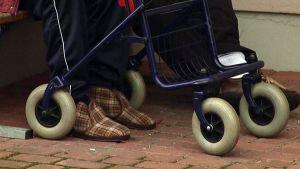 vanhuksen jalat rollaattorin takana