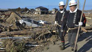 Kaksi pelastustyöntekijää partioi Yamamotossa.