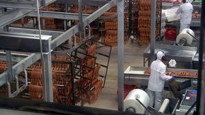 Atrian Nurmon tehtailla valmistuu makkaraa päivittäin noin 200 000 kiloa.