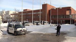 Poliisin tyhjensi yliopiston rakennuksia Mattilanniemessä torstaina.