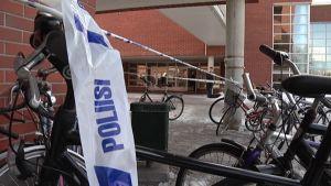 Yliopiston rakennuksia tyhjennettiin Mattilanniemessä tostaina.