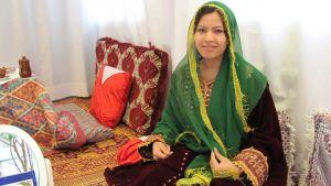 Afganistanilainen nainen olohuoneessaan