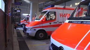 kaksi ambulanssi hallissa