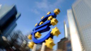 Euroopan Keskuspankin tunnus keskuspankin päärakennuksen edessä.