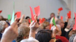 Punaisia ja vihreitä äänestyslippuja näytetään