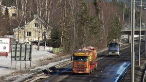 Autoja Vaajakosken moottoritiellä.