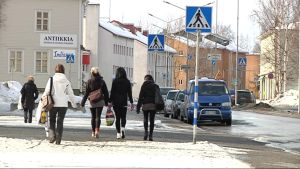 Tyttöjä kävelee kadulla Lieksan keskustassa.