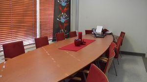 Sovittelutoimiston pöytä.