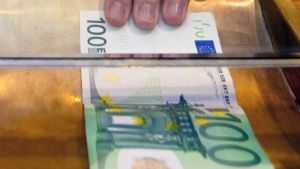 Sadan euron seteli pankkitiskillä.