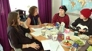 Anne Järvi, Tyttöjen Talon johtaja Heljä Pitkänen, Mari Kiviniemi ja Tiia Särkijärvi politiikkaryhmän kokouksessa.