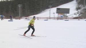 Aino-Kaisa Saarinen hiihtää Puijon laduilla.