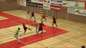 Kampuksen Dynamo pelaa futsalia salissa.