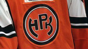 HPK:n paita oranssilla logolla